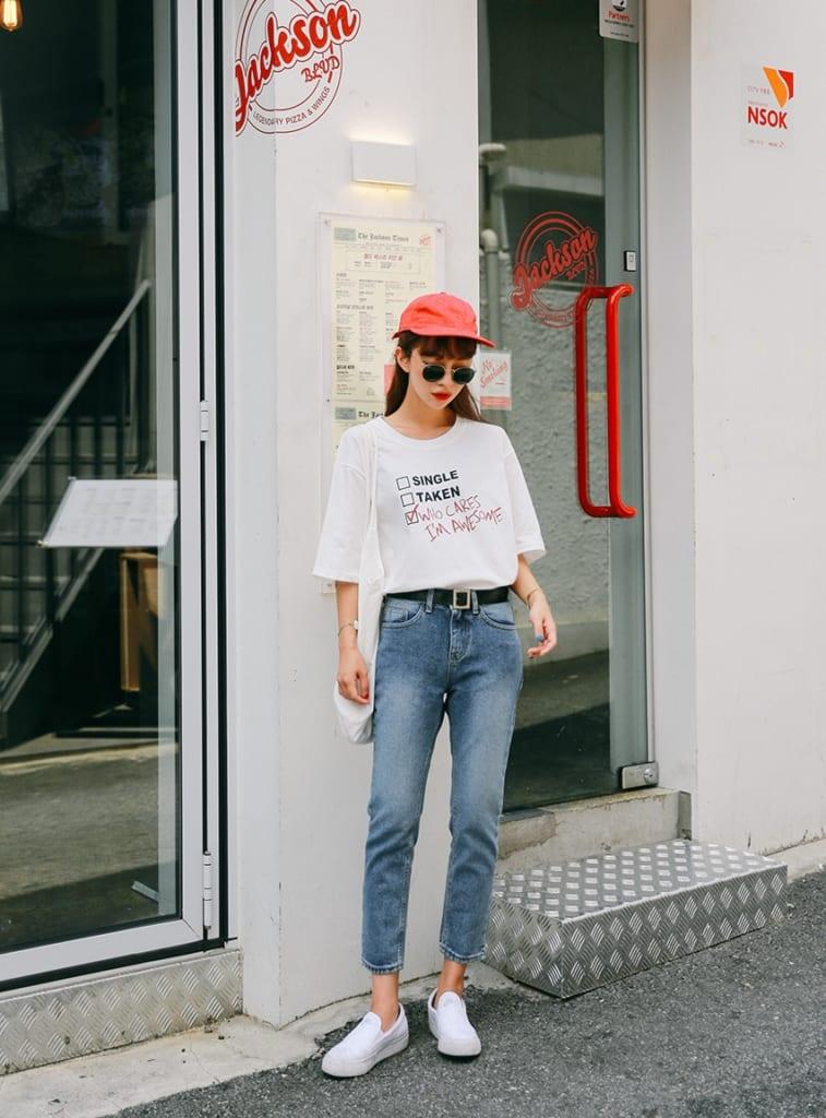 Áo phông và quần jeans Ngoài ra còn cần slip on/sneakers và mũ lưỡi trai nữa. Công thức này đơn giản nhưng luôn hiệu quả. Mix đồ đi học mùa hè thế nào là hợp lí? Áp dụng combo này ngay đi! Để phù hợp với tuổi, áo phông nên là áo phông họa tiết. Quần jeans diện cùng cũng ưu tiên kiểu dáng đơn giản, màu sắc nhã nhặn thôi. Áo có thể sơ vin trong quần hoặc không, không quan trọng. Đôi giày đi kèm nên là màu trắng hoặc cùng màu quần, áo nhé! Nếu muốn nổi bật hơn hãy thêm chiếc mũ lưỡi trai màu mè!