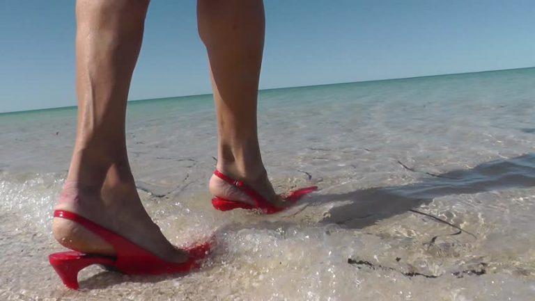 đi biển nên đi dép gì