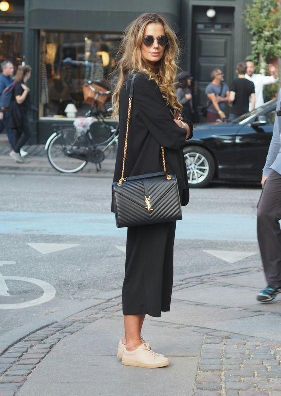 mặc áo dài mang túi xách gì