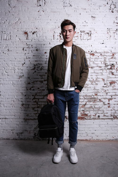 áo khoác bomber và quần jean