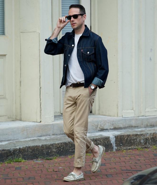 quần kaki và áo khoác denim