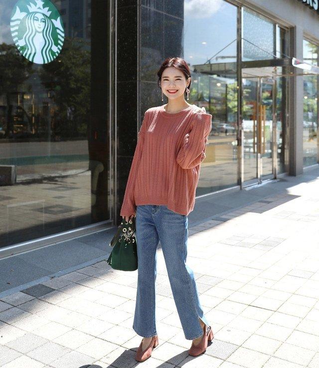 quần jean ống rộng và áo len